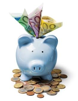 Blaues sparschwein voller euro-banknoten und euro-münzen