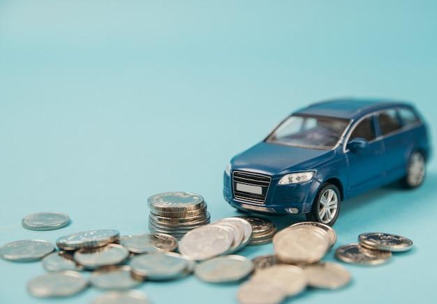 Blaues spielzeug-suv-auto krachte gegen einen stapel geld