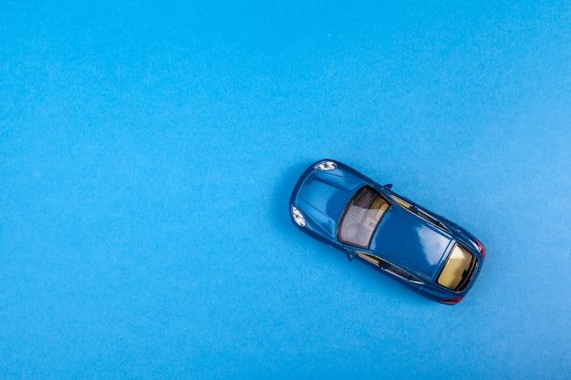 Blaues spielzeugauto auf dem blau gefärbt