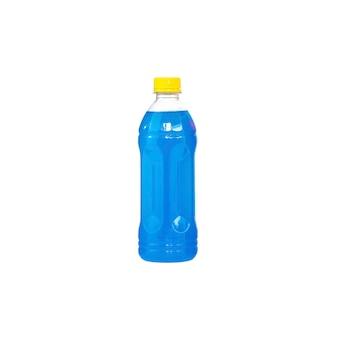 Blaues sprudelwasser in einer plastikflasche isoliert
