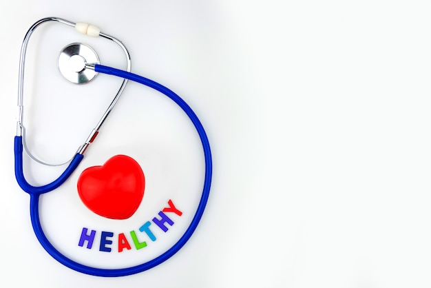 Blaues stethoskop lokalisiertes und rotes herz auf weißem hintergrund