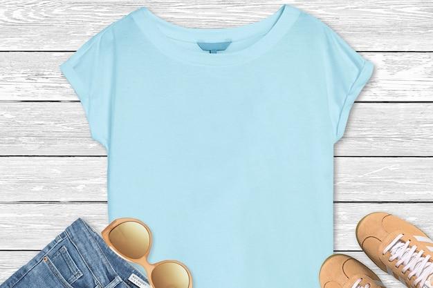 Blaues t-shirt-modell auf holzhintergrund