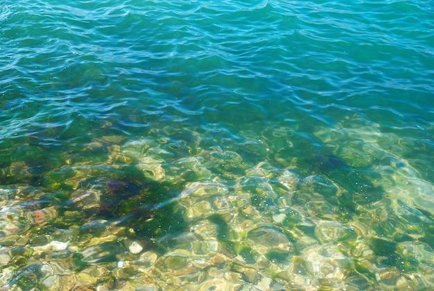 Blaues tropisches wasser mit sonnenlichtreflexionen