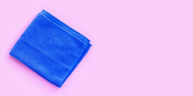 Blaues tuch auf rosa hintergrund. platz kopieren