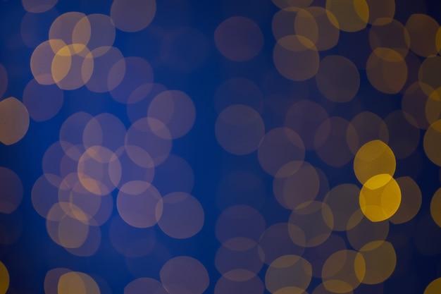 Blaues und gelbes bokeh abstrakter hintergrund feiertagsbeleuchtung und dekorationskonzept magisch glänzendes ...