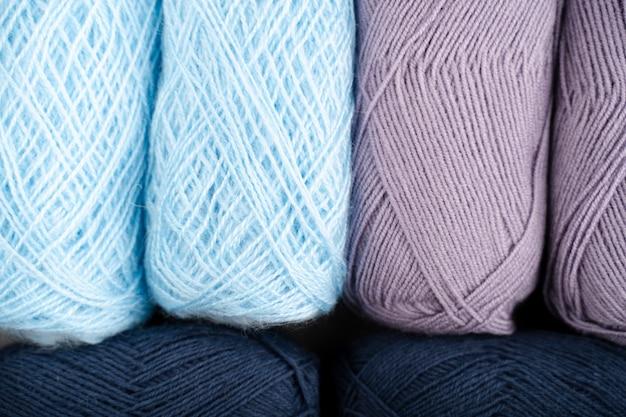 Blaues und lila wollgarn