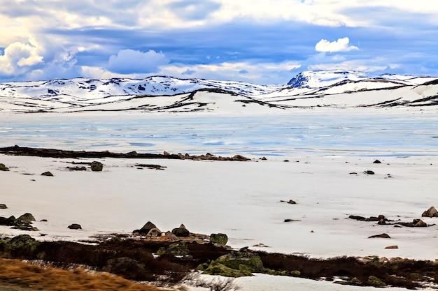 Blaues und weißes landschaftswasser, schnee und wolken