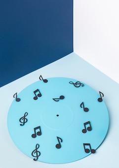 Blaues vinyl mit noten