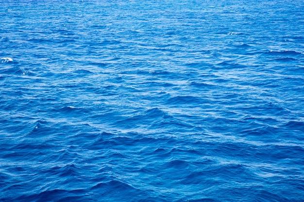 Blaues wasser mit sonnenreflexionen. meereshintergrund