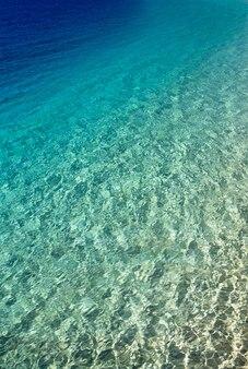 Blaues wasser mit sonnenreflexionen