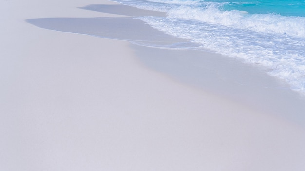 Blaues wasser wellen am ufer eines ozeans