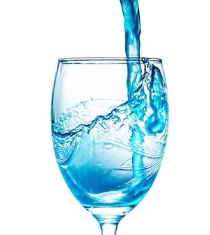 Blaues wasserspritzen im glas isoliert