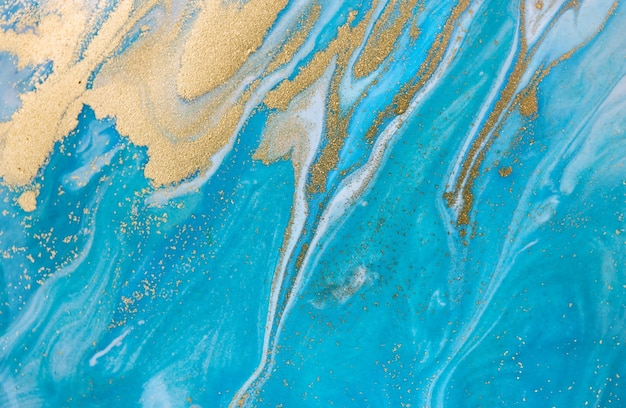 Blaues wellenmuster mit schichten von goldenen pailletten