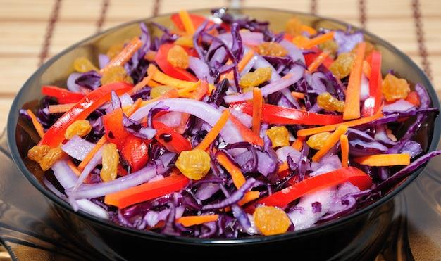 Blaukohlsalat mit karotten, paprika und rosinen