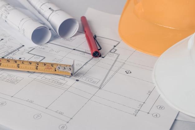 Blaupause mit hardhat- und architektenelementen