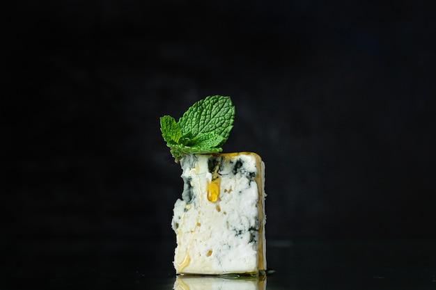 Blauschimmelkäse lebensmittelform milchprodukt aus ziegenschaf oder kuhmilch