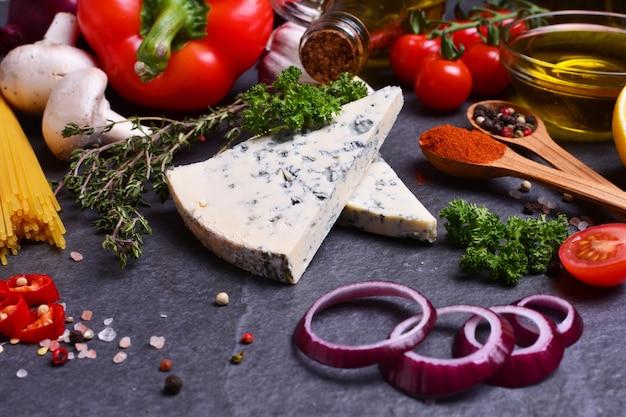 Blauschimmelkäse mit gewürzen und gemüse