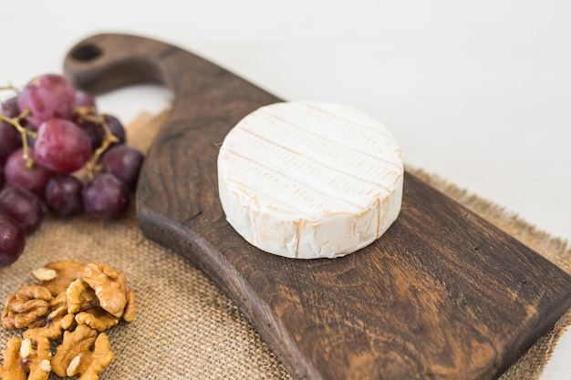 Blauschimmelkäse oder brie mit trauben und nüssen. Premium Fotos