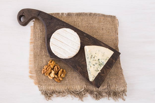 Blauschimmelkäse oder brie mit trauben und nüssen.
