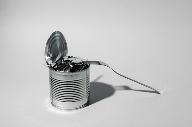 Blechdose für lebensmittel auf grauem hintergrund