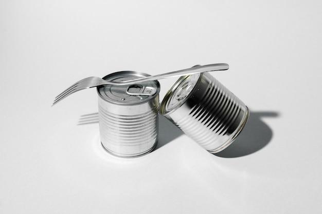 Blechdose für lebensmittel auf grauer oberfläche