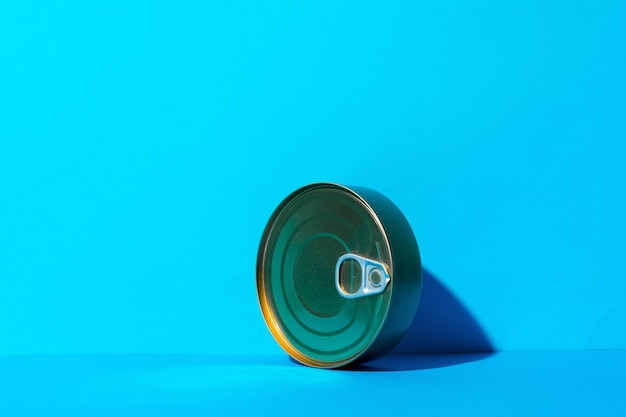 Blechdose mit essen auf blauem hintergrund