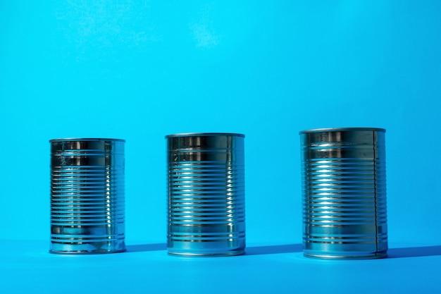 Blechdose mit lebensmitteln auf blauer oberfläche