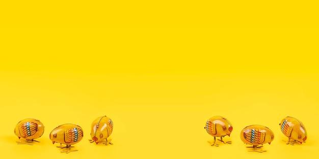 Blechspielzeugküken auf gelbem hintergrund