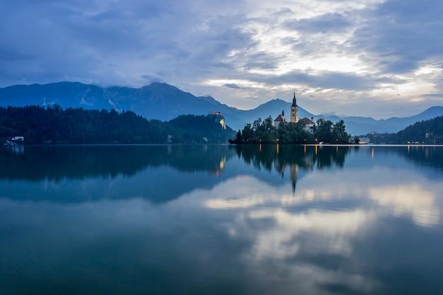Bleder see in slowenien während eines sommersonnenuntergangs