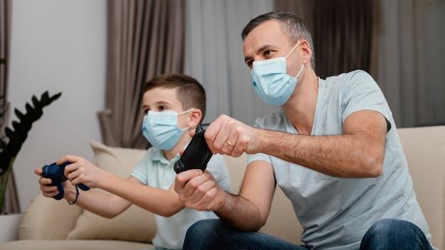 Bleiben sie drinnen, mann und kind tragen medizinische masken
