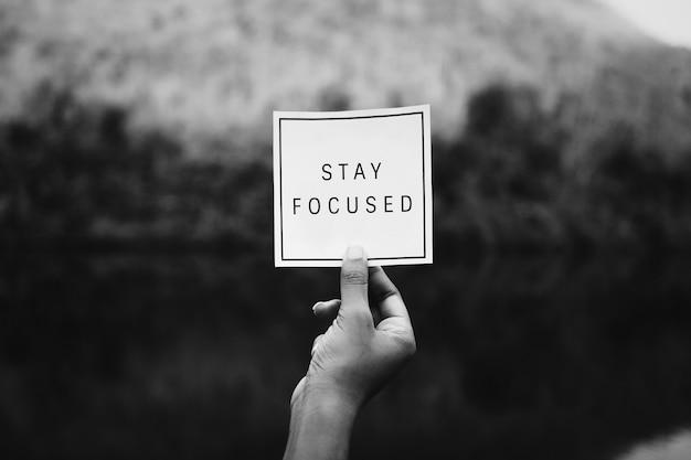 Bleiben sie fokussierter text in der natur, inspirierende motivation und ratschläge