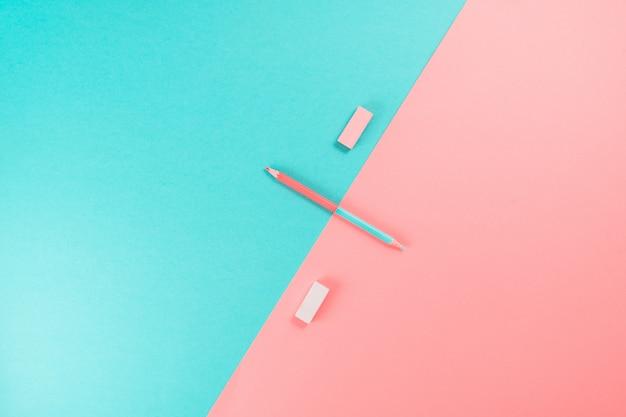 Bleistift auf blauem und rosa hintergrund von oben.