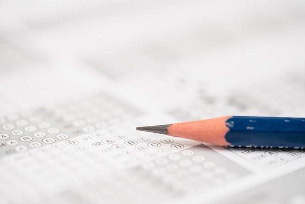 Bleistift auf dem antwortblatt für das testergebnisblatt mit antworten schließen