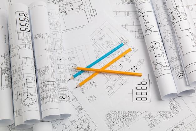 Bleistift auf gedruckten zeichnungen von stromkreisen