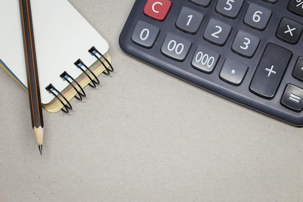 Bleistift auf papier und taschenrechner
