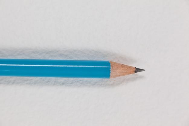 Bleistift auf weißem hintergrund