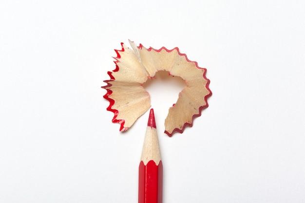 Bleistift & bleistiftspäne isoliert auf weißem hintergrund