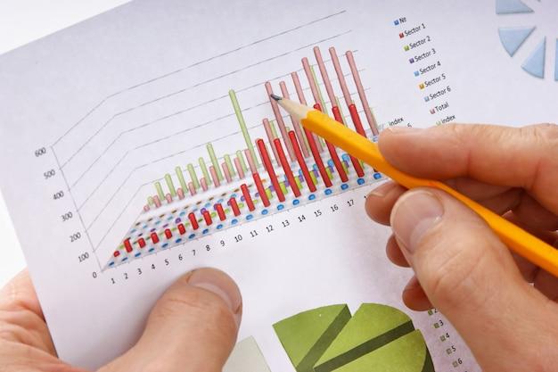 Bleistift in der hand und arbeitspapierkarte