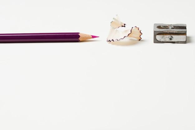 Bleistift mit bleistiftschnitzeln und anspitzer