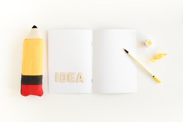 Bleistift neben karte mit ideentext