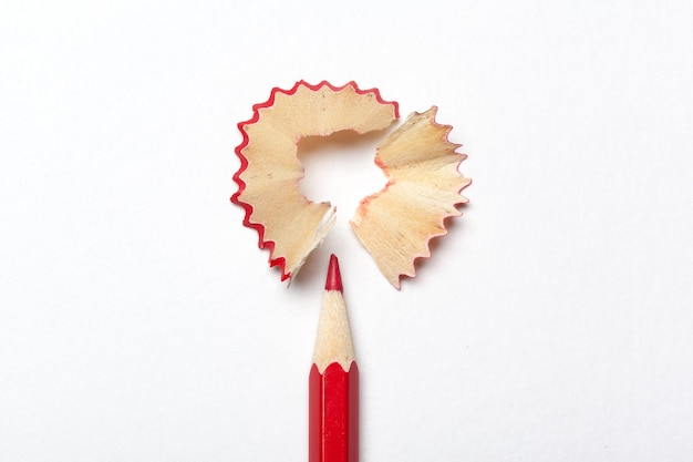 Bleistift u. bleistiftschnitzel lokalisiert auf weißem hintergrund