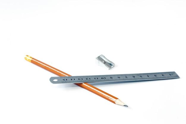 Bleistift und lineal mit einem stift. zeichnen. farbe. nahansicht