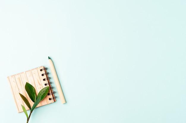 Bleistift und notizbuch. büromaterial und schreibwaren