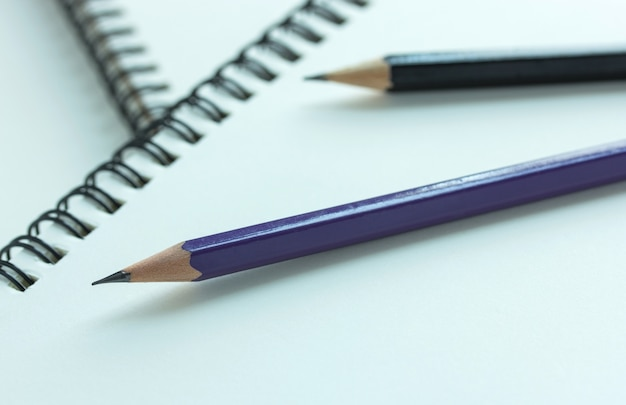 Bleistift und spirale notebook, selektiven fokuspunkt