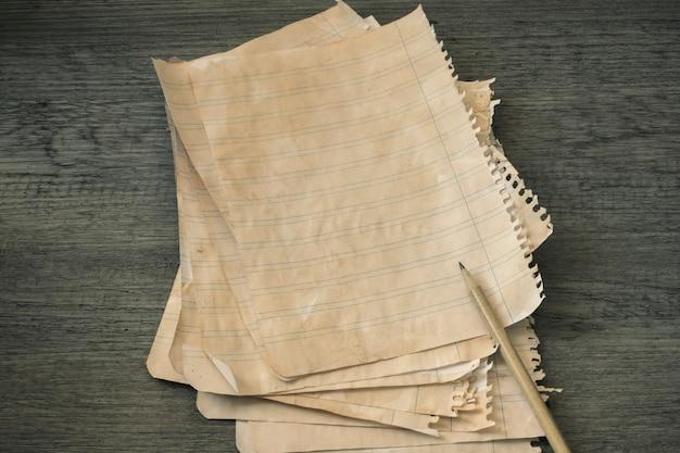 Bleistift und stapel liniertes papier