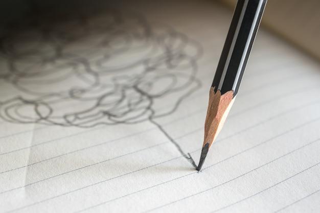 Bleistift zeichnet eine gerade linie auf einem papieranmerkungserfolgskonzept.