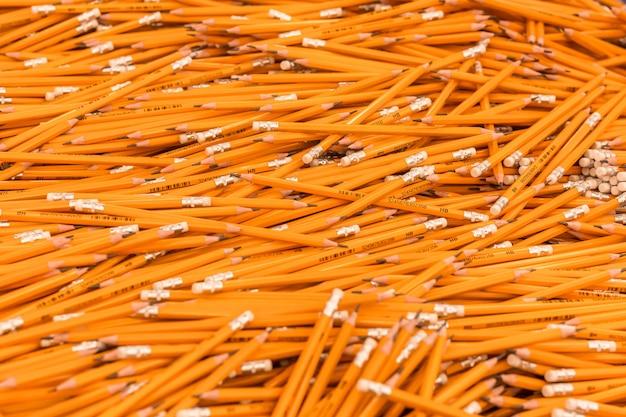 Bleistifte an der briefpapierabteilung, zurück zu schulkonzeption. einkaufen für schule, hochschule, universität
