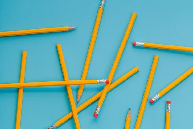 Bleistifte auf blauem hintergrund