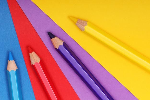 Bleistifte auf buntem papier