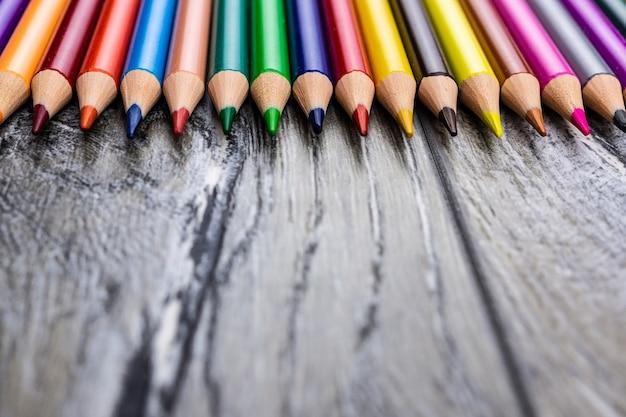 Bleistifte auf grauem hintergrund